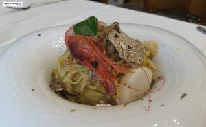 Tagliolini con gamberi viola, capesante e tartufo estivo