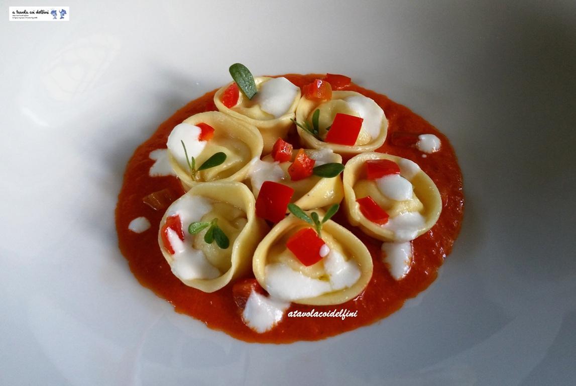 Tortelli al cacioricotta su salsa ai peperoni e pomodori, portulaca e crema di cacioricotta